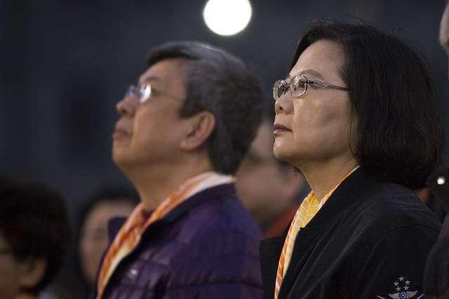 108年元旦升旗典禮於總統府前舉行,總統蔡英文和副總統陳建仁手持國旗領唱國歌。(總統府提供)