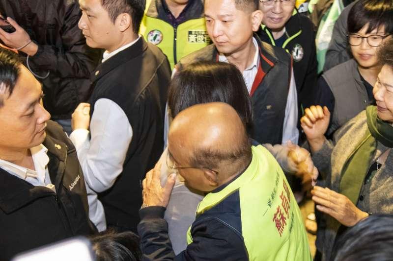 蘇貞昌謝票之旅最後一天,蔡英文在人群之間給蘇一個大大的擁抱。(蘇貞昌辦公室提供)