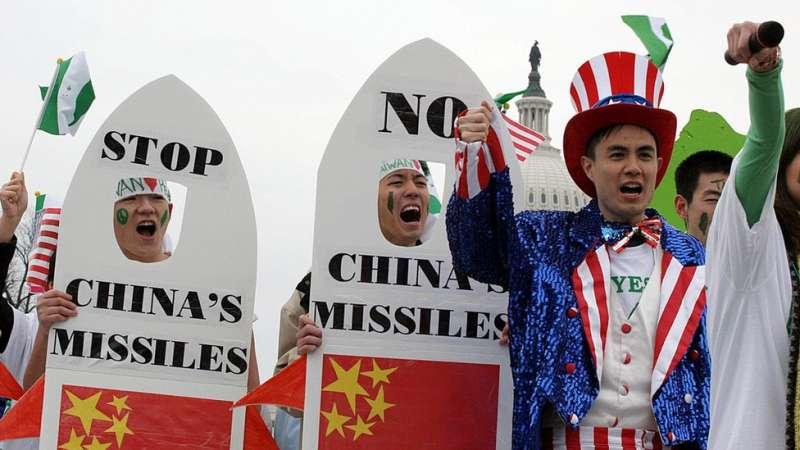 美國挺台人士抗議中國以飛彈對準台灣。(圖/BBC中文網)