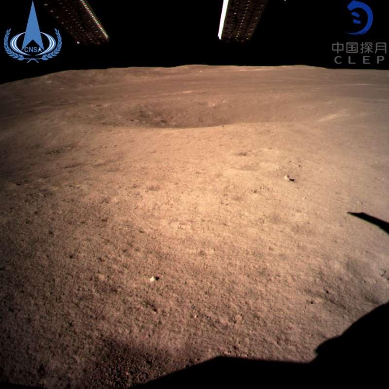 2019年1月3日,嫦娥四號著陸器監視相機C拍攝的著陸點南側月球背面圖像,巡視器將朝此方向駛向月球表面。(AP)
