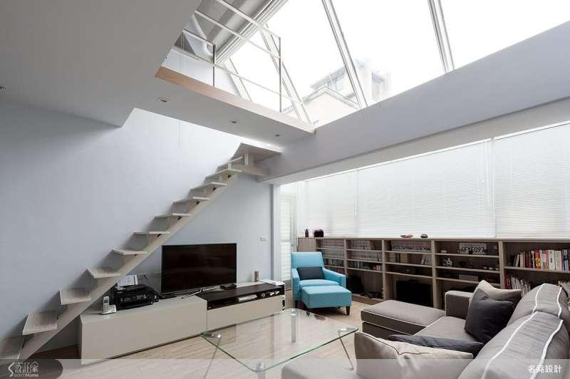 利用天井的大量採光,讓室內感受更加寬敞明亮,天氣好的時候一抬頭就能賞月觀星,通往上方夾層的樓梯僅留層板支架,簡約的視覺也有空間放大的效果。(圖/設計家SearchHome)