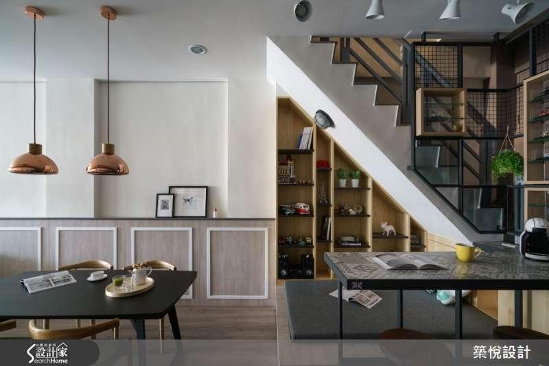 善用畸零空間,樓梯下方的空間,規劃了簡單的櫃組可做收藏小物的展示,彰顯屋主的興趣與品味。(圖/設計家SearchHome)