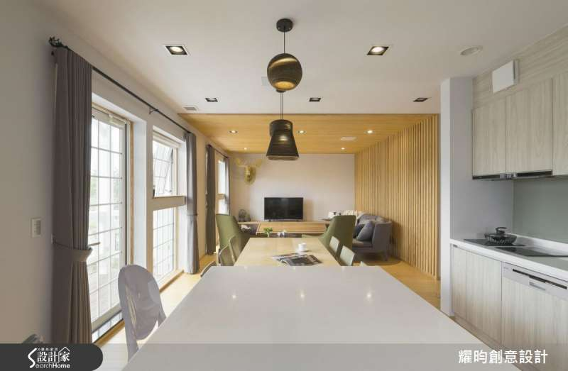 去除傳統格局的隔間牆面,開放式格局也是相當常見的作法,將客廳、餐廳與廚房的空間連貫,搭配大面積的落地窗採光引入自然光線,淺色系的室內配色等,空間視線十分通透。(圖/設計家SearchHome)