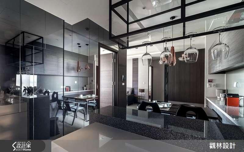 鏡面反射放大空間,空間較侷促的格局,在牆面或收納櫥櫃的門板施作鏡面材質,有效加乘空間放大的視覺效果。 (圖/設計家SearchHome)
