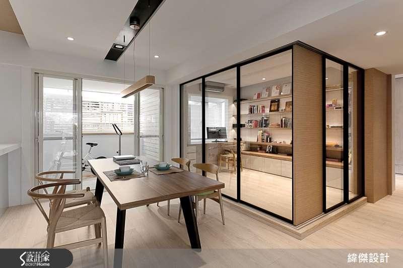 玻璃隔間的運用,也是放大室內空間常用的作法,餐廳一旁的書房採用玻璃拉門的設計,將書房的拉門全部敞開時可與餐廳空間連貫,若有隱私需求則加上簾子拉上即可,依您的生活需求隨時調整變化。(圖/設計家SearchHome)
