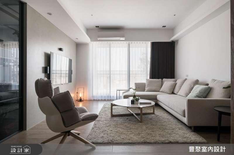 淺色系的配色,家具與地毯均選用了白、米、淺灰色系搭配,加上基本的白色牆面,讓室內的氛圍十分寧靜素雅,空間也顯得俐落與寬敞。(圖/設計家SearchHome)