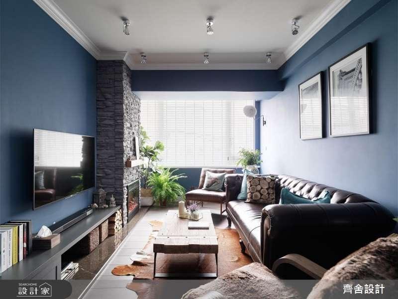 大面積採光是放大空間最簡單的作法,因為大面積的落地窗將光線引入室內,即使在空間不大的客廳牆面使用了鮮豔的深藍色也不會顯得壓迫,反而讓空間顯得更有層次。(圖/設計家SearchHome)