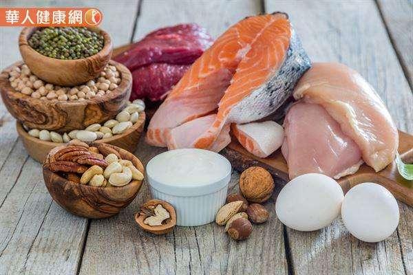 20190103-美國網路媒體更指出,腰圍大於標準範圍,會增加心臟病及第二型糖尿病的罹患風險,而增加蛋白質攝取、以橄欖油取代動物油,都能助腹部減脂,降低內臟脂肪。(圖/華人健康網提供)