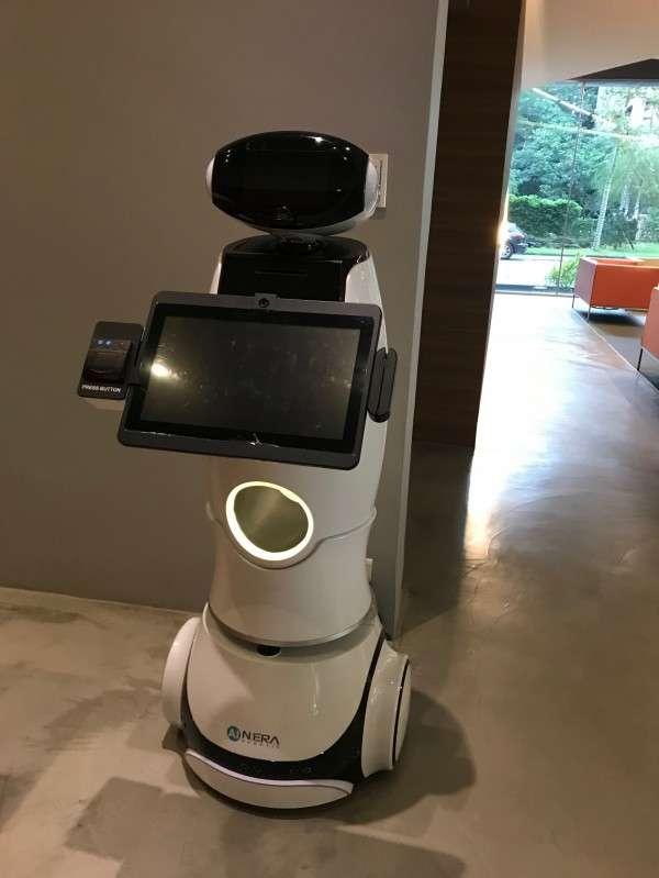 新時代機器人是金寶集團轉投資人工智慧機器人公司,2018年出貨600多台,定位是商用型機器人,在集團總部也可以看見。(圖/王郁倫,數位時代)