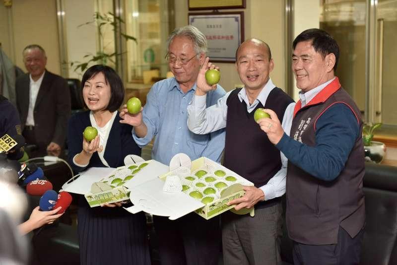 高雄市長韓國瑜拜會高雄市農會理事長蕭漢俊,共同推廣農產品。(圖/徐炳文攝)