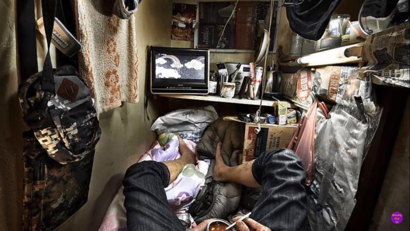 生活的所有起居都要在一張床上進行,他們的床就是他們的家。(圖片截自Youtube)