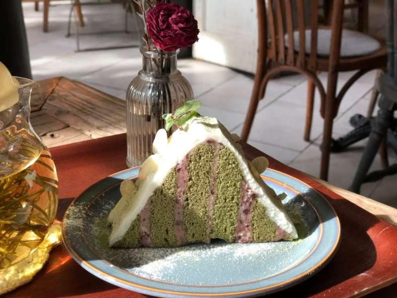 有特色的三角形甜點,主要是抹茶蛋糕和紅豆餡料,外面白色的是糖霜。(圖/kkday)