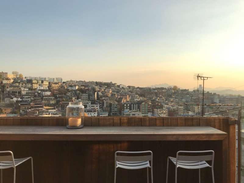 頂樓有超美的露天酒吧。(圖/kkday)