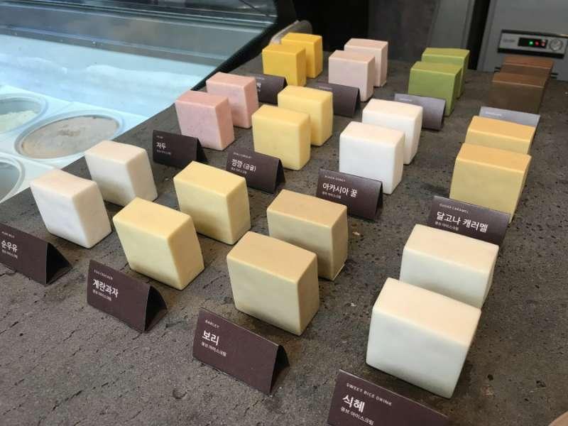 店內最大特色品項,各種顏色口味的冰淇淋冰磚。(圖/kkday)