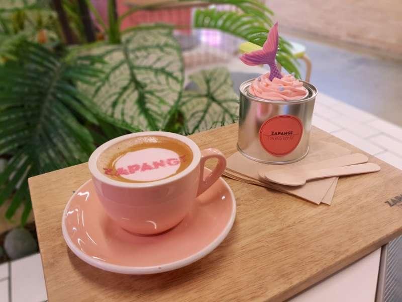 連咖啡都是滿滿的粉紅色。(圖/kkday)