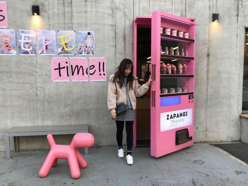 以粉紅販賣機作為大門的ZAPANGI(圖/kkday)