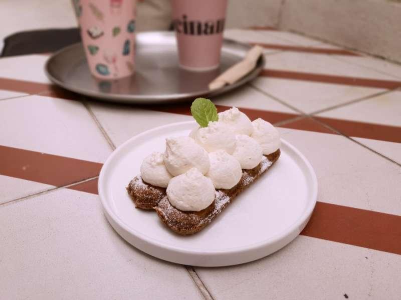 以鮮奶油取代可可粉的提拉米蘇,是店內招牌。(圖/kkday)