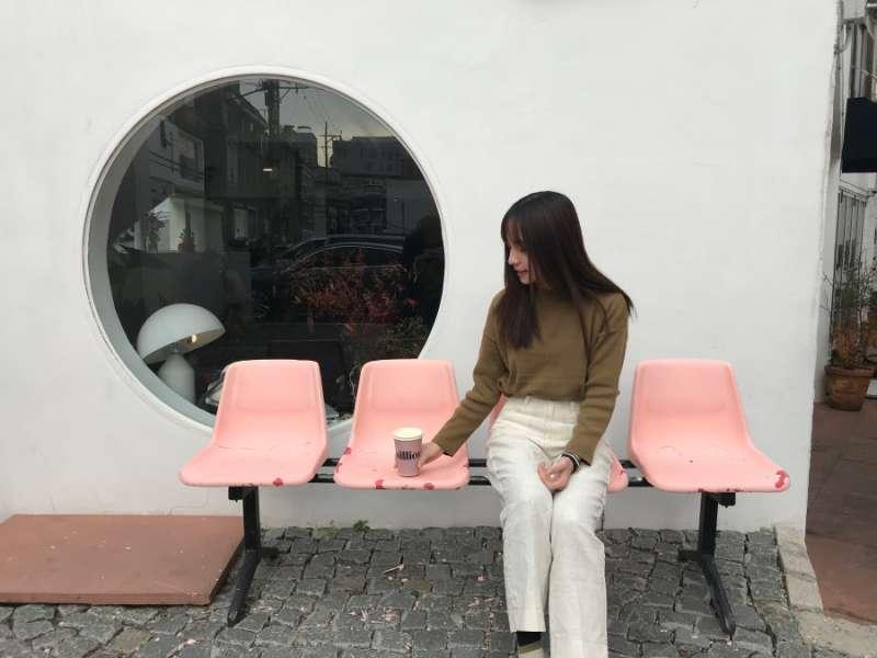 店外的粉紅座椅也是韓妞打卡必拍的景點。(圖/kkday)
