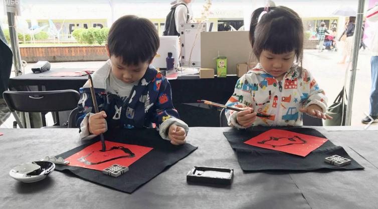 過年期間「小墨器」特別推出春聯系列,讓孩子們能夠輕鬆體驗寫毛筆字的樂趣。圖/小墨器