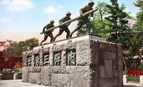 20190104-二戰時期位於東京青松寺的「肉彈三勇士(爆弾三勇士/ばくだんさんゆうし)」紀念碑與銅像,據說紀念碑裏還埋了犧牲士兵的遺骸,此紀念碑在日本投降後被拆除,銅像則被切成三段後丟棄,目前不知所蹤。(作者提供)