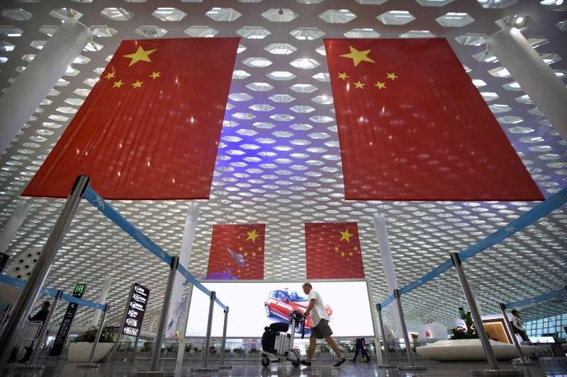 廣東省深圳寶安機場內掛滿大幅的五星旗。(AP)