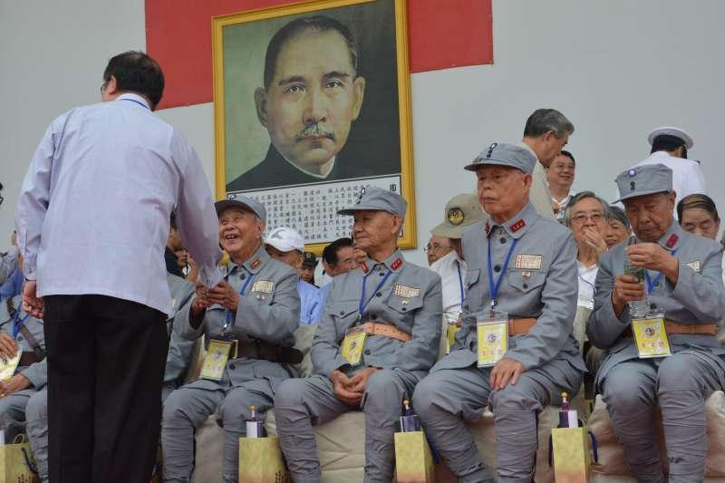 20190107-對於走過抗戰年代的老一輩而言,美軍還稱得上是個可以依賴的盟友,但是卻絕對無法接受日軍再臨台灣。圖為2015年,參加抗戰勝利70周年閱兵的國軍老前輩們。