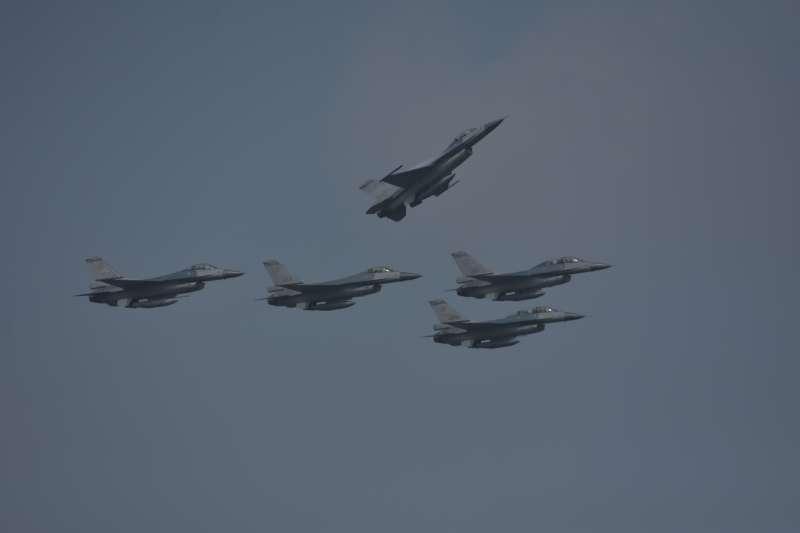 20190107-台灣需要持續維持與美國的軍事合作,但要切記有些事情可以做,不能夠大肆宣揚,必須要記住大陸人民與老一輩台灣同胞的民族主義情緒。如果操縱得當,大陸同胞的民族主義反而可以成為台灣的另外一股屏障,阻止中共武力犯台。圖為進行編隊飛行表演的F-16。
