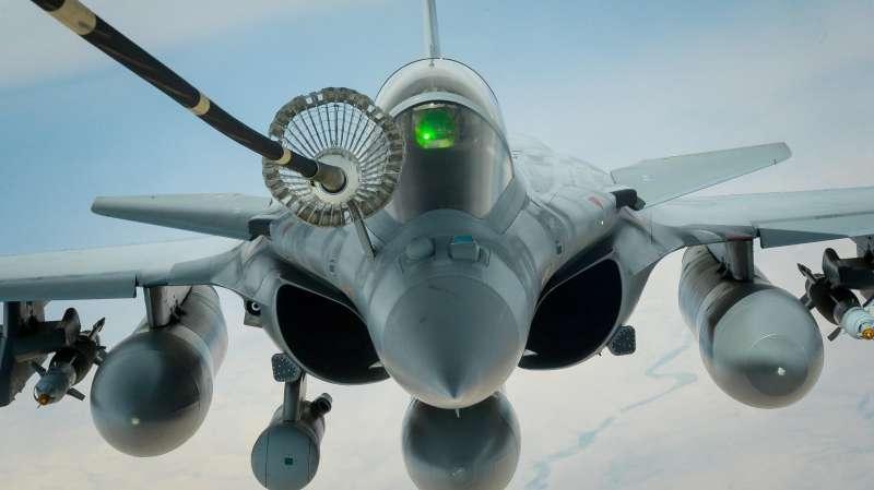 20190107-在敘利亞上空執行打擊IS任務的法國空軍飆風式戰鬥機,正在接受美國空軍提供的空中加油服務。法國重新出現在敘利亞,想必無論對阿塞德政府還是自由軍而言,都是種國家恥辱的象徵。圖為飆風戰機。(取自美國空軍網站)