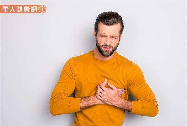 1名無特殊病史的28歲年輕男性,日前於上班途中突覺呼吸困難、身體不適,靠著意志力撐到公司門口就全身癱軟倒地。(圖片僅為示意非當事人)