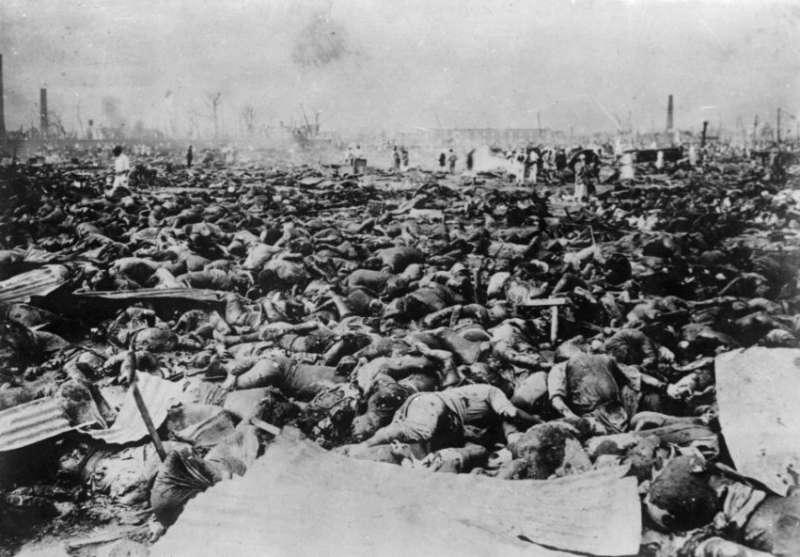 在軍被廠中的罹難者。(圖/維基百科)