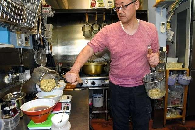 20190110-在廚房內製作拉麵的吉田克己=攝於10月25日。(圖/潮日本提供)