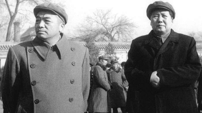 823砲戰後彭德懷(左)發布的《告台灣同胞書》,其實都由毛澤東(右)親自撰寫。(網路翻攝)