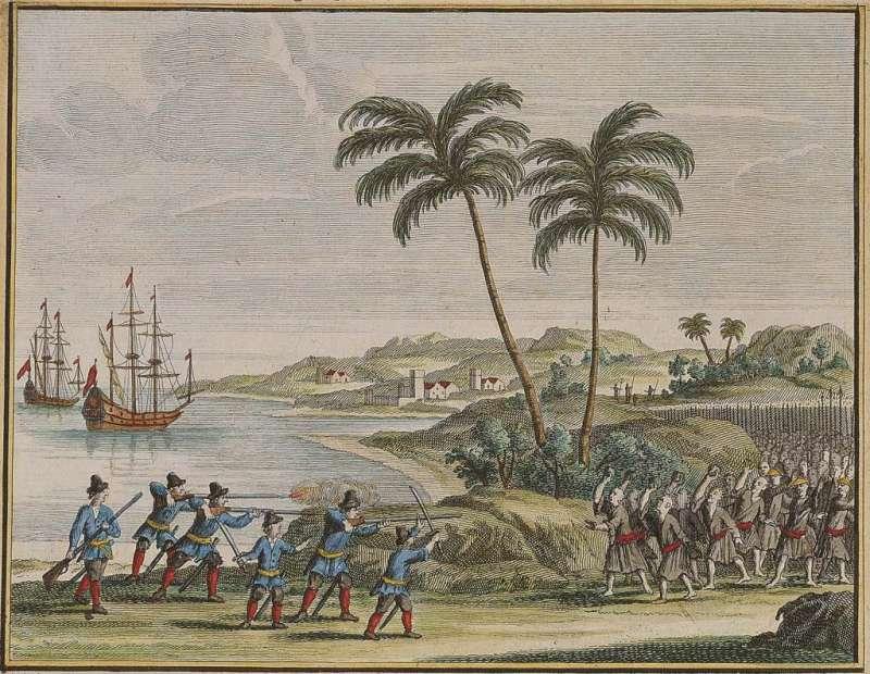 1622 年荷蘭東印度公司 6 名船員,在古雷半島南岸附近遇風漂流上岸,和當地居民起衝突。此處背景為銅山灣,左方一艘為維多利亞號,另一艘為 De Haan 或 Sint Nikolaas 號,皆為荷蘭中型船。(圖/國立臺灣歷史博物提供)