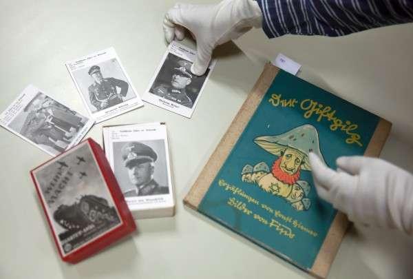 德國慕尼黑拍賣行曾經拍賣的納粹兒童書籍及紙牌遊戲。(圖片由*CUP提供)