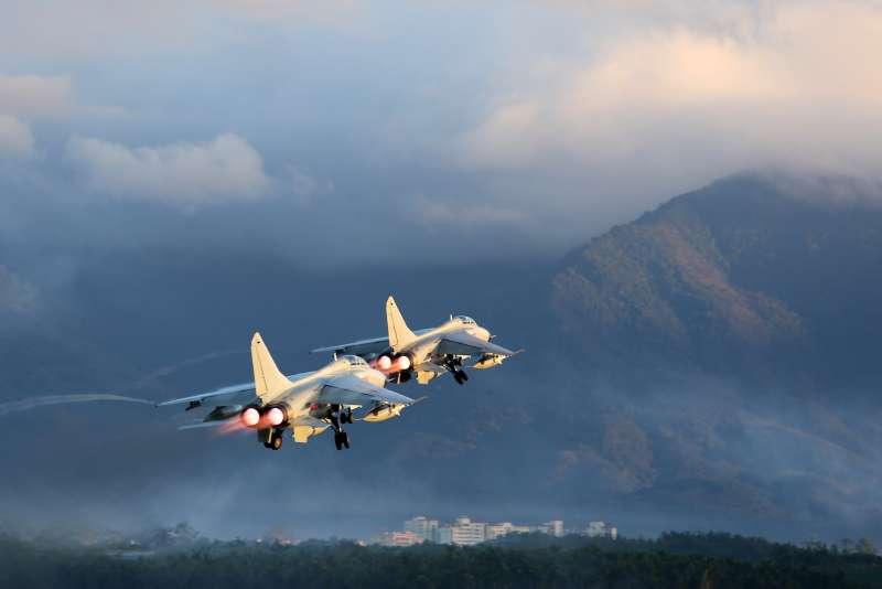 中國人民解放軍南部戰區海軍航空兵某旅某新型殲轟機編隊起飛(新華社)