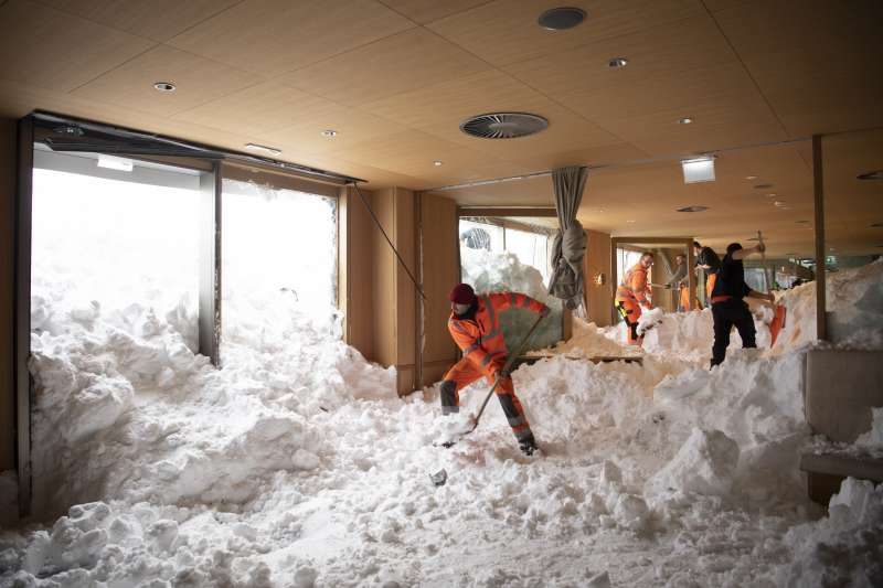 瑞士東部山區10日下午發生雪崩,施韋格阿爾卑桑蒂斯旅館受到嚴重破壞(美聯社)