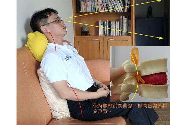 如果在符合3個90度下,發現背部與沙發椅背距離相當遙遠,就代表沙發深度過深。建議可適度以家中的抱枕、靠墊做支撐,同時讓腰椎、頸椎有個稍微前凸的曲線就是良好的坐姿。(圖片/張軒彬博士提供)