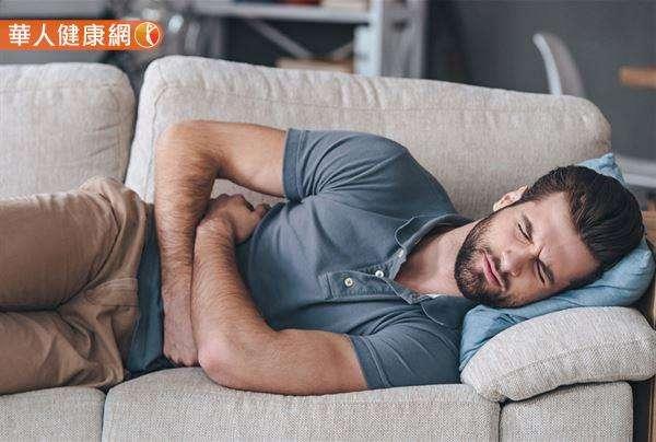 不少人喜愛就沙發而眠,也就是直接平/側躺在沙發上,並以沙發扶手(握把)做為枕頭的習慣更是大扣分。(圖/華人健康網)