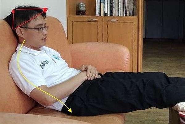 沙發深度過深更會造成人體背部,與沙發椅背距離過遠,導致民眾往後躺/坐時,因頸椎、腰椎缺乏足夠支撐,而呈現癱坐半躺的NG姿勢。(圖片/張軒彬博士提供)