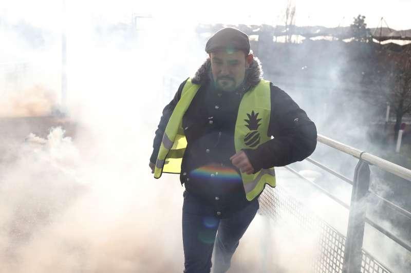 1月9日,法國巴黎東南部郊區的「黃背心」示威者逃離催淚瓦斯的攻擊(美聯社)