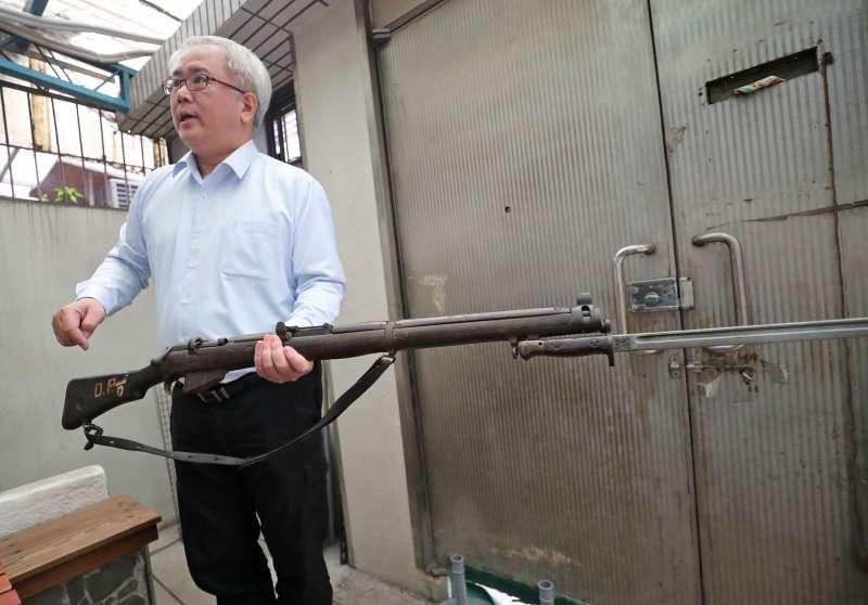 汪怡昕拿起他從國外購藏的報廢槍枝,年輕時在高登島當兵的景象歷歷在目。(圖/文化+)