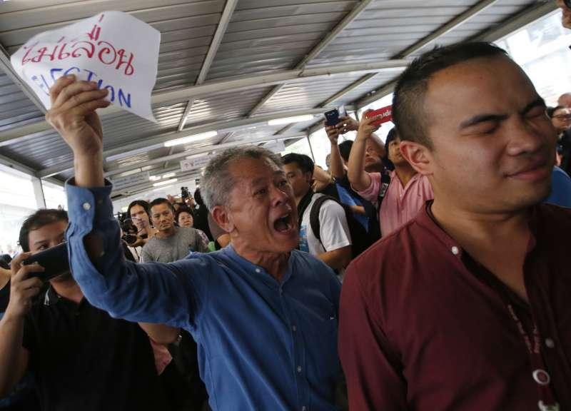 1月8日,泰國民眾在曼谷街頭示威抗議,要求軍政府如期舉行大選(美聯社)
