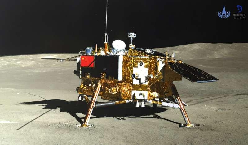 2019年1月11日,嫦娥四號著陸器和玉兔二號巡視器正常分離,兩器完成互拍。圖為玉兔二號所拍攝的嫦娥四號。(AP)