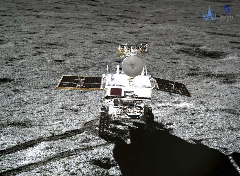 2019年1月11日,嫦娥四號著陸器和玉兔二號巡視器正常分離,兩器完成互拍。圖為嫦娥四號所拍攝的玉兔二號。(AP)
