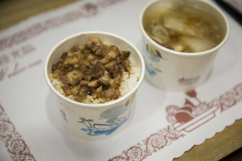 20190106_開會接近中午的時候,總統蔡英文特別準備魯肉飯(左)和肉羹(右),與行政院長蘇貞昌一起吃午餐。(總統府提供)
