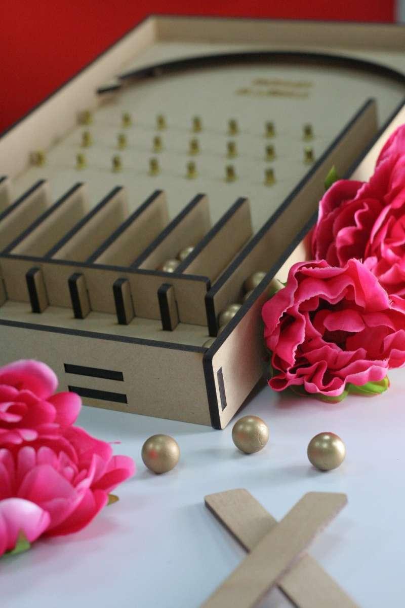 「金珠報喜賀新春」邀請房客體驗古早味的彈珠檯,讓熱鬧氛圍帶來濃濃的年味。(圖/永安棧)