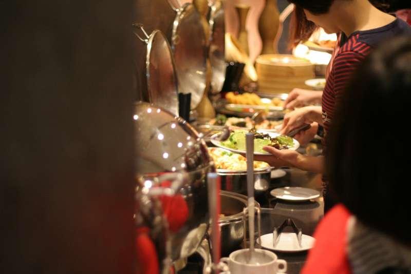 Unwind Bar & Restaurant主打無國界風味佳餚,春節期間午餐時段每人500元,加點任一主餐還能抽紅包拿優惠。(圖/永安棧)