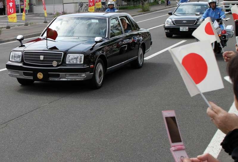 日皇明仁搭乘日本豐田(Toyota)汽車頂級車款Century出巡(MIKI Yoshihito@Wikipedia / CC BY 2.0)