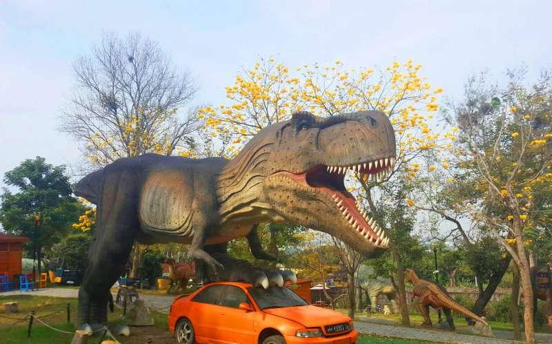 彰化員林百果山探索樂園,具有特色非凡的1:1擬真恐龍(圖/百果山探索樂園臉書)
