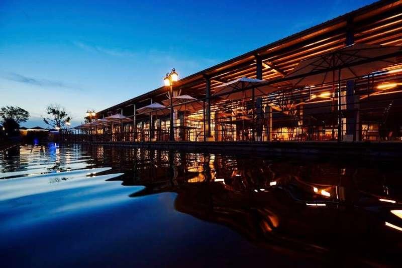 雲林千巧谷牛樂園牧場,傍晚夜景讓遊客體驗視覺饗宴(圖/千巧谷牛樂園牧場)
